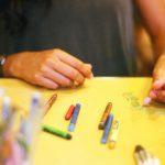 クレヨンは何をするための物?子どもの創造力を養い、遊びの幅を広げよう